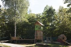 Spielturm mit Baumpodest und Kobel Cabin, Play, House Styles, Image, Home Decor, Kids, Decoration Home, Room Decor, Cabins