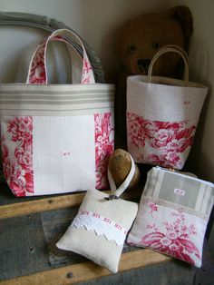 Project bags, various sizes with cute accent fabrics. Linen Bag, Fabric Bags, Love Sewing, Little Bag, Fabric Samples, Small Bags, Handmade Bags, Pin Cushions, Bag Making