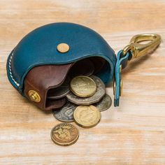 【池之端銀革店】Cramp(クランプ) 回転式コインパースの商品詳細ページです。革やシルバーの逸品を取りそろえるショップ兼工房「池之端銀革店」のユニークな回転式の小銭入れ。コロンとした丸いフォルムとカラーパターンがおしゃれなアイテムです。