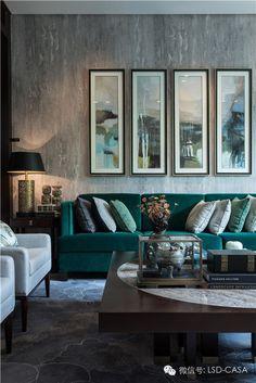 Superba canapeaua, asortata cu tablourile. De asemenea, peretele are o textura aparte. #texturaperete, #canapeaverde, #decorinteriorgriverde
