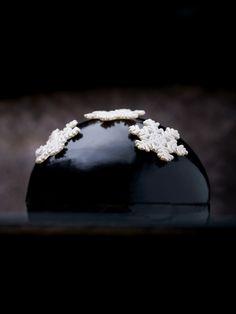 Flocon Infiniment Truffe Noire (biscuit aux truffes noires, crème au mascarpone pareillement truffée, le tout laqué d'un noir profond) | Pierre Hermé