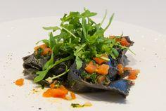 Tortellacci al nero di seppia ripieni di salmone con pomodoro cancassè, pinoli e rucola Wine Bar, Food, Rook, Essen, Meals, Yemek, Eten