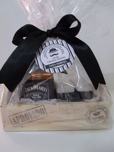 Caixa de madeira contendo 1 sabonete líquido de 300ml e 2 barras de sabonete glicerinado hipoalergênico de 100g cada.  Rótulo personalizado no estilo Jack Daniel´s Fathers Day Crafts, Happy Fathers Day, Rock Crafts, Diy And Crafts, Ideas Aniversario, Gift Boxes For Women, Indian Beadwork, Alcohol Gifts, Gift Box Packaging