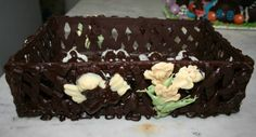 Canasta de chocolate con souvenirs para comuniones o bautismos