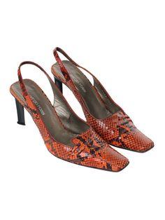 Nicht nur auf dem roten Teppich ein heißbegehrter Trend: Orange Python-Slingpumps von Sergio Rossi. Das luxuriöse, geprägte Leder wirkt durch die kultige Färbung super hip und wandelt jedes Outfit zu einem Trendlook - ein wahres Muss für Trendsetterinnen. - gesehen bei GLAMLOOP.com