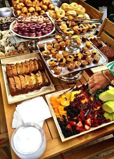 New breakfast buffet menu catering brunch ideas Ideas Buffet Dessert, Fruit Buffet, Brunch Buffet, Party Buffet, Brunch Menu, Breakfast For A Crowd, Best Breakfast, Breakfast Recipes, Breakfast Fruit