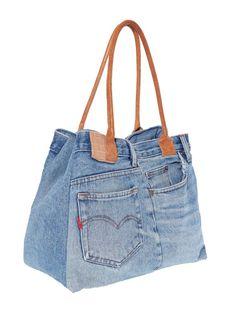 Con este juvenil bolso vaquero descubrirás la manera más original de lucir unos jeans. Bolso con cómodas asas para colgar a contraste en símil piel. Cerrado