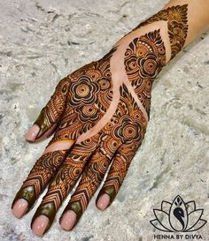 Henna is the most traditional part of weddings throughout India. Let us go through the best henna designs for your hands and feet! Henna Hand Designs, Dulhan Mehndi Designs, Mehndi Designs Finger, Khafif Mehndi Design, Mehndi Designs For Beginners, Modern Mehndi Designs, Mehndi Designs For Girls, Mehndi Design Pictures, Wedding Mehndi Designs