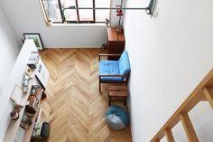 板と板の合わせ目が45度にカットされた、珍しいタイプのヘリンボーンフローリング。直線方向の奥行きが強調されますね。 Design Lab, Wooden Flooring, Tiny House, Home Appliances, Interior, Timber Flooring, House Appliances, Indoor, Kitchen Appliances