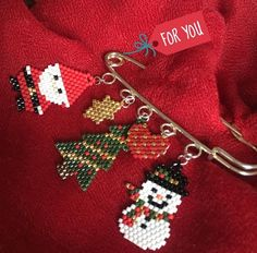 Hediye yılbaşı Beaded Earrings Native, Beaded Brooch, Beaded Christmas Ornaments, Christmas Jewelry, Beading Projects, Beading Tutorials, Seed Bead Art, Christmas Crochet Patterns, Beaded Crafts