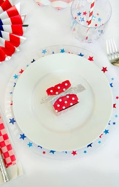 Spruce up your of July Entertaining with these easy DIY of July Table Decorations. Fourth Of July Decor, Happy Fourth Of July, 4th Of July Party, July 4th, Patriotic Crafts, Patriotic Party, July Crafts, Diy Confetti, Happy Birthday America