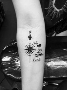 tattoo-unterarm-frau-kompass-spruch