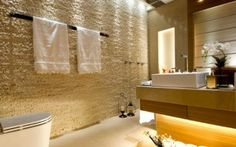 Banheiro revestido com quartzito filetado
