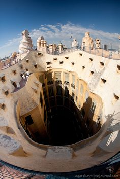 The undulating shape of La Pedrera was controversial at the time Gaudi built it, between 1906 and Barcelona Travel, Barcelona Spain, Barcelona City, Places In Spain, Places To See, Amazing Buildings, Amazing Architecture, Monuments, Barcelona Architecture