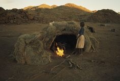 An aboriginal family in a grass shelter. Where I went to school a couple of aboriginal kids taught me how to make one of these. Australian Aboriginal History, Australian Aboriginals, National Geographic Images, Aboriginal Culture, Primitive Survival, Victorian Photos, Unusual Homes, Colorful Paintings, Sacred Art
