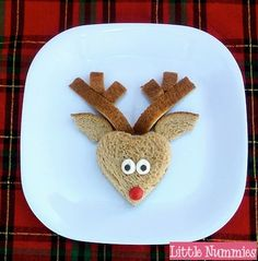 Here is a round up of edible reindeer crafts. - Marshmallow reindeer pop from Make'n Mold . Healthy Christmas Recipes, Christmas Snacks, Christmas Goodies, Holiday Treats, Kids Christmas, Holiday Fun, Holiday Recipes, Reindeer Christmas, Christmas Breakfast