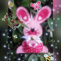 coniglietto pasquale in feltro e pannolenci finito Cross Crafts, Felt Crafts, Easter Crafts, Holiday Crafts, Diy And Crafts, Happy Easter, Easter Bunny, Felt Ornaments, Christmas Ornaments