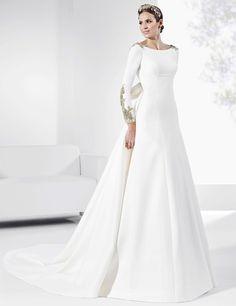 Vestidos de novia con cola y apliques en dorado.
