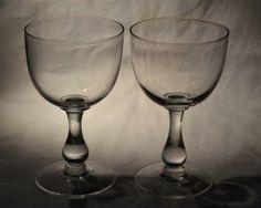 To stk store vinglass i serien Ebba fra Hadeland Glassverk. I produksjon fra 1902. I meget god stand. Selges samlet. Diameter: 8cm, Høyde: 13,5cm, Vekt: 2,1kg Dinnerware, Wine Glass, Scandinavian, Champagne, Drink, Glasses, Tableware, Vintage, Kunst