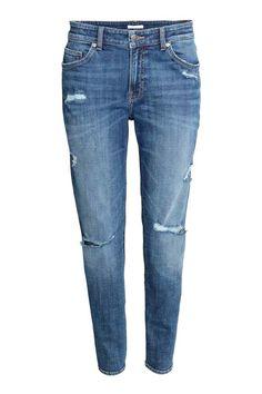 Girlfriend Jeans: CONSCIOUS. Jean 5 poches en denim extensible lavé avec détails usés. Coupe plutôt flottante avec taille de hauteur classique et jambes effilées de longueur cheville. Article partiellement réalisé en coton bio.