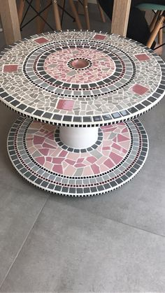 Mosaico Mosaic Tile Designs, Mosaic Tile Art, Mosaic Artwork, Mosaic Diy, Mosaic Crafts, Mosaic Patterns, Mosaic Glass, Wooden Spool Tables, Wooden Spools