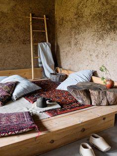 31 Comfortable And Modern Mid Century Living Room Design Ideas - Imporing Refinish Wood Furniture, Built In Furniture, Cottage Furniture, Modern Furniture, Farmhouse Design, Rustic Farmhouse, Wabi Sabi, Rural House, Shabby Chic