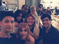 the whole cast of shadow hunters and Cassandra Clare Shadowhunters Clary And Jace, Shadowhunters Tv Series, Jace Lightwood, Shadowhunters The Mortal Instruments, Maxim Roy, Cassie Clare, Dominic Sherwood, Casting Pics, Matthew Daddario
