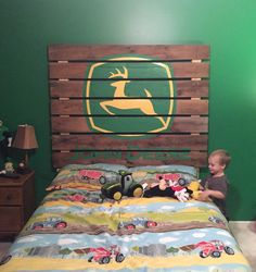 Pallet headboard with painted John Deere logo. Pallet headboard with painted John Deere logo.
