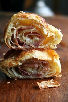 Layered with smoked ham (or prosciutto) and cheese, this food processor croissant dough produces flaky, golden pastries — perfect for the holidays! Think Food, Love Food, Prosciutto, Gourmet Recipes, Cooking Recipes, Homemade Croissants, Homemade Breads, Beste Burger, Food Porn