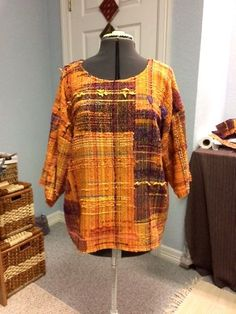 Saori top for me! Loom Weaving, Hand Weaving, Clothing Patterns, Sewing Patterns, Weaving Textiles, Weaving Projects, Fabric Scraps, Textile Design, Bunt
