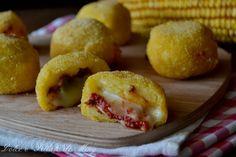 Palline di polenta alla pizza, semplici palline dorate con cuore filante di mozzarella al gusto pizza, gustosissime fritte.