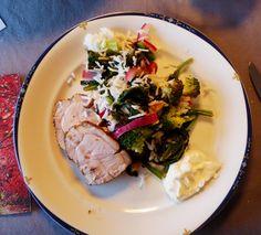 En deilig høstrett med krydret svinefilet og spinat-og nøttesalat.