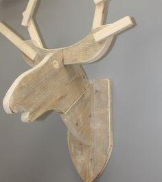 € 49 95 Heel gave hertenkop van steigerhout. Leuk voor de wintermaanden en ontzettend stoer voor de kinderkamer! Afmeting: 70cm hoog en 60cm breed. Er worden haakjes en schroeven bij geleverd om de hertenkop op te hangen.