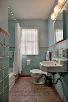 1949 time capsule house filled with original charm - Retro Renovation vintage bathroom - 1949 time c Mini Bad, 1940s Home, Mid Century Bathroom, Tadelakt, Vintage Bathrooms, 1950s Bathroom, Retro Bathroom Decor, Rental Bathroom, Modern Bathrooms
