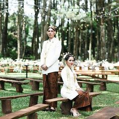 Andien is tying the knot today! The pretty singer and her husband looked ravishing in ivory colored traditional attires. Lovely aren't they? Congratulations for your wedding!  Kebaya and kain by @didietmaulana @ikat_ind  Beskap by @ramadauhan Makeup by @adiadrian_ds Hairdo by @harry_harry07 Photography by @jackysuharto Shoes by @brideseries Organized by @ayodya_wedding Via @andienippewedding