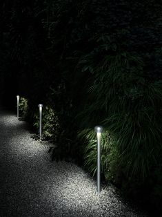 Bollard light of the Bellhop providing a diffused light, made of extruded and die-cast aluminum or stainless steel. Discover the FLOS USA 2020 outdoor collection. Garden Path Lighting, Driveway Lighting, Garden Lamps, Exterior Lighting, Captain Flint, Patricia Urquiola, Bollard Lighting, Outdoor Lighting, Philippe Starck