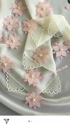 29 Floral Needle Lace Towel and Hijab Edge Models - Tatting Ideen 2019 Embroidery On Clothes, Hand Work Embroidery, Hand Embroidery Patterns, Lace Patterns, Embroidery Stitches, Embroidery Designs, Crochet Motif, Crochet Designs, Crochet Flowers