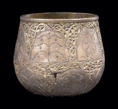 Sølvbægeret fra Fejø i Smålandsfarvandet, et karolingisk arbejde fra de sidste årtier af 700-tallet. 10 cm højt.