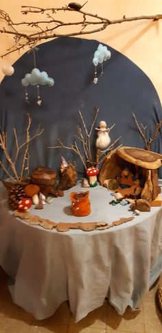 Seizoentafel herfst Nature table autumn gnomes - Everything About Kindergarten Winter Table, Autumn Table, Waldorf Crafts, Waldorf Toys, Inspired Learning, Small World Play, Nature Table, Autumn Nature, Christmas Table Settings
