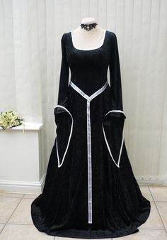 Black and White Lotr Medieval Dress. Beautiful. Too bad every Renn Fest I go to is in the summer. This would be way too hot.
