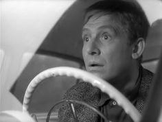 У Иннокентия Смоктуновского не было специального актерского образования. Его школа это экран кинотеатра, куда он начал бегать еще в школе. Потом киномехаником крутил картины в селах. Он видел на экране хороших артистов, настоящих мастеров. У них учился. И создал на советском экране не один десяток работ, многие из которых вошли в «золотой фонд» советского искусства. 28 марта актеру исполнилось бы 90 лет.
