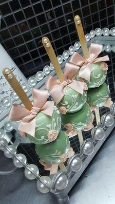 Maçãs de chocolate com arabescos e flores