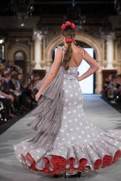 Flamenco Costume, Flamenco Dresses, Couture Fashion, Runway Fashion, Traditional Mexican Dress, Spanish Fashion, Spanish Style, Mexican Dresses, Modern Outfits