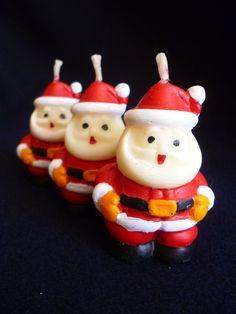 Vela em formato de Mini Papai Noel, produzida em cera a base de óleo vegetal, acondicionada em caixa de acetato transparente. <br> <br>Pode ser aromatizada nas essencias de chocolate, baunilha, cravo, canela, mel, noz moscada. <br> <br>Vela pintada a mão com tinta a base de água