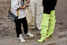 The Best Street Style Details Of Paris Fashion Week ellemag Cool Street Fashion, Paris Fashion, Street Style, Parachute Pants, That Look, Outfits, Handbags, Spring, Pictures