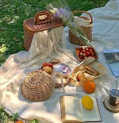 Nature Aesthetic, Summer Aesthetic, Aesthetic Food, Aesthetic Clothes, Aesthetic Outfit, Picnic Date, Summer Picnic, Comida Picnic, Vie Simple