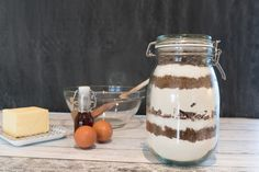 Chocolate chip cookie mix in a jar Chocolate Chip Cookie Mix, Panna Cotta, Mason Jars, Chips, Tableware, Ethnic Recipes, Food, Baking Soda, Dulce De Leche