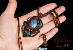Micro macrame pendant with stone Labradorite Mia por KaramelMacrame