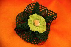 BROCHE LIMA -  Tul verde lima, cinta verde oscuro y tacha color cristal. Precio: € 6