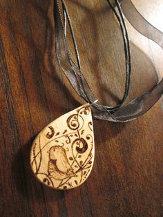 Collana con uccellino, by Atelier La Rosa Blu, 10,00 € su misshobby.com Photo Onto Wood, Pyrography Patterns, Wood Burning Art, Wooden Crafts, Wooden Jewelry, Gourds, Violin, Jewelry Crafts, Jewelery
